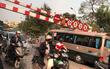 Hà Nội: Xe khách cố leo lên cầu vượt rồi mắc kẹt luôn ở thanh chắn vì cao quá cỡ cho phép