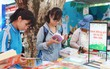 Giữa một rừng gian sách ngoại, đây là lý do vì sao có một gian sách Việt Nam nườm nượp các bạn trẻ vào ra như thế?
