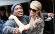 """Hết """"quậy"""" như xưa, Paris Hilton giờ thành """"cô tiên"""" hào phóng đem tiền tặng người lạ"""