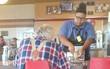 Giúp đỡ cụ ông cắt thức ăn, cô sinh viên có nằm mơ cũng không ngờ sau đó mình lại nhận được điều này