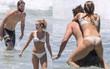 Miley Cyrus và Liam Hemsworth rủ nhau khoe body, nô đùa cực hạnh phúc trên bãi biển