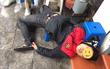 Hà Nội: Nam thanh niên hút thảo dược lạ rồi ngã vật ra vỉa hè ngủ