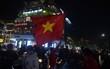 Người hâm mộ bắt đầu đổ ra Hồ Gươm mừng chiến tích của U23 Việt Nam