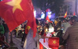 """200k một lá cờ vẫn đầy người mua trong đêm U23 Việt Nam chiến thắng """"địa chấn"""" trước Iraq"""