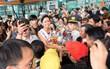 Bố mẹ và người dân Đăk Lăk diện trang phục truyền thống, nô nức đón Tân Hoa hậu H'Hen Niê trở về quê hương