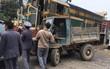 Hà Nội: Công nông tự chế đối đầu tàu hỏa, tài xế thoát thân như trong phim