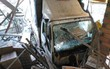 Xe tải mất lái lao vào lề đường tông hỏng nhiều nhà dân