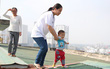 Hà Nội: Bà bầu 8 tháng vẫn trèo qua tum, rón rén đi trên mái nhà vì thang máy chung cư bị hỏng