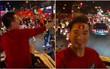 Đàm Vĩnh Hưng mặc quần đùi, ngồi hẳn lên nóc ô tô để ra đường ăn mừng chiến thắng của U23 Việt Nam