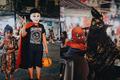 """Bố mẹ đưa con trẻ lên phố Hàng Mã sắm đồ dịp Halloween, không quên dặn: """"Ngày mai đến lớp nhớ... hù các bạn!"""""""