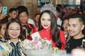 Về đến sân bay Việt Nam, Hương Giang vội thay áo dài đỏ, đội vương miện lộng lẫy để chào khán giả