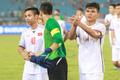 Đội trưởng Bùi Tiến Dũng lễ phép nhường đàn anh dẫn đầu đội tuyển U23 Việt Nam chào cảm ơn người hâm mộ