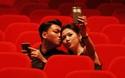 Bạn trai hôn nhẹ má khi Á hậu Tú Anh mải selfie