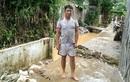 Mưa lũ Yên Bái: Thầy giáo trẻ bế con liều mình băng qua dòng nước lũ