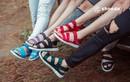 Nở rộ trào lưu mang giày sandals đa màu sắc