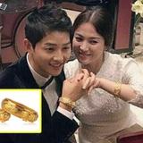 """Song Joong Ki và Song Hye Kyo lộ hình đan tay tình cảm, đeo quà cưới vòng vàng long phượng """"khủng"""""""