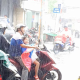 Bức ảnh ấm lòng trong Ngày của Cha: Bố ướt sũng nhường áo mưa, miễn là con đừng ốm nhé!