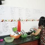 """Con gái khoe mẹ U50 hiếu học nhất """"hệ mặt trời"""", dùng cả tường bếp làm bảng ghi từ mới, cấu trúc tiếng Anh"""