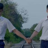Anh Tú (Cười xuyên Việt) nắm tay bạn trai đến trường trong phim thanh xuân đồng tính Việt