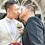 Sẵn sàng từ bỏ gia sản hàng chục triệu đô, MC Hồng Kông cùng bạn đời đồng tính xây dựng cuộc sống mới đẹp như phim
