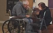 Khoảnh khắc nghẹn ngào của cặp đôi đã bên nhau 62 năm nhưng phải chia xa vì không được ở chung viện dưỡng lão