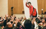 Hình ảnh Minh Thuận trong lễ an táng: Tới đâu cũng vẫy tay chào mọi người, anh đi!