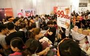 """Hàng nghìn người chen lấn mua hàng hiệu giảm giá """"khủng"""" ở Sài Gòn"""