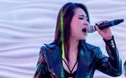 Sau hơn 10 năm ca hát, lần đầu Lương Bích Hữu mặc đồ sexy lên sân khấu