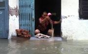 """Hà Nội mưa một đêm, người dân """"méo mặt"""" vì phải đi ủng trong nhà"""