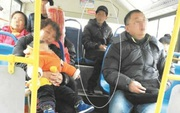 Chụp ảnh người nhà ngủ gật trên xe buýt, vô tình chụp luôn cả kẻ trộm điện thoại của chính mình