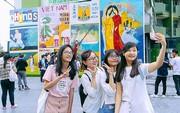 Giới trẻ hào hứng chụp ảnh với các biển quảng cáo Sài Gòn - Chợ Lớn xưa được trưng bày tại The Garden Mall