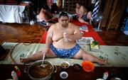 Vén màn cuộc sống của các đấu sĩ sumo tinh nhuệ tại Nhật Bản: Nạp 8.000 calo/ngày, phải thở bằng máy oxy khi ngủ
