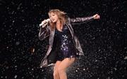 Taylor Swift gây tranh cãi khi vô tư ném giấy xì mũi vào khán giả đứng xem bên dưới