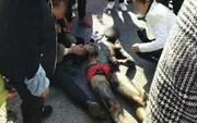 """Trung Quốc: Bị bạn bè xông vào """"quấy"""" lúc động phòng, chú rể trần như nhộng bỏ chạy ra đường rồi bị ô tô đâm nhập viện"""