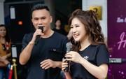 """Hương Tràm song ca cùng tác giả hit """"Duyên mình lỡ"""" tại phố đi bộ Hà Nội"""