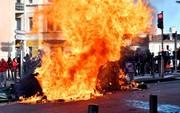 Nước Pháp tuần qua: Lửa giận vẫn cháy nhiều nơi, Paris nín thở trước nguy cơ đại biểu tình hôm nay (8/12)