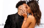 Neymar chống nạng, nồng nàn khóa môi bạn gái xinh như thiên thần