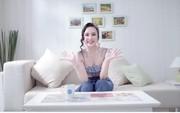 Hòa MinZy, Angela Phương Trinh ăn mặc mát mẻ livestream mua sắm trong ngày nắng nóng