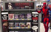 """Trà trộn vào siêu thị, """"thiên hạ đệ nhất lầy"""" Deadpool """"đồng hoá"""" bìa đĩa cả một khu kệ"""