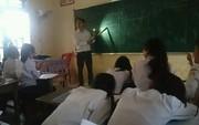 Thầy giáo tâm huyết bật đèn flash giảng bài, cầm thước kẻ ra sân đuổi ve để học sinh yên tĩnh ôn thi