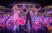 Backstreet Boys hóa... Spice Girls trong show diễn mới nhất