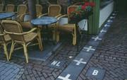 Đội tranh hạng ba World Cup có đường biên giới kỳ lạ nhất thế giới: xuyên qua một quán bar