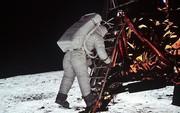 Ai là người quay/chụp lại khoảnh khắc Neil Armstrong trở thành người đầu tiên đặt chân lên Mặt Trăng?
