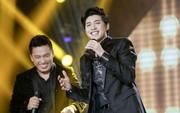 """Lần đầu song ca đổi hit, Lam Trường - Noo Phước Thịnh cười trừ vì quên lời ca khúc """"Chạm khẽ tim anh một chút thôi"""""""