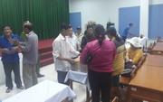 Vĩnh Long: Người nhà mang 2 thi thể bé song sinh kéo đến bệnh viện tố bác sĩ tắc trách