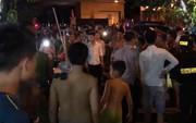 Hà Nội: Hơn 10 thanh niên bỏ xe, mang hung khí bỏ chạy tán loạn khi công an truy bắt