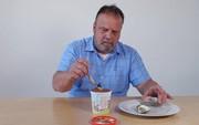 Ăn kem với đủ thứ hổ lốn, ông chú trên YouTube khiến Internet sợ tái mào