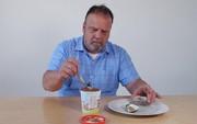 Ăn kem với đủ thứ hổ lốn, ông chú Youtuber khiến Internet sợ tái mào