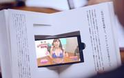 Phát minh hài hước giúp dân văn phòng chơi trộm smartphone trong khi họp hành