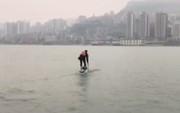 Sợ đi làm tắc đường muộn giờ, người đàn ông chuyển qua chèo thuyền đến công ty cho nhanh